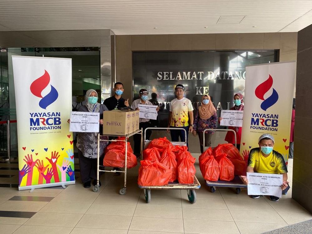 Jamaludin Zakaria, Trustee of Yayasan MRCB handing over the food packs to the medical frontliners at Kuala Lumpur Hospital. — Picture courtesy of Yayasan MRCB