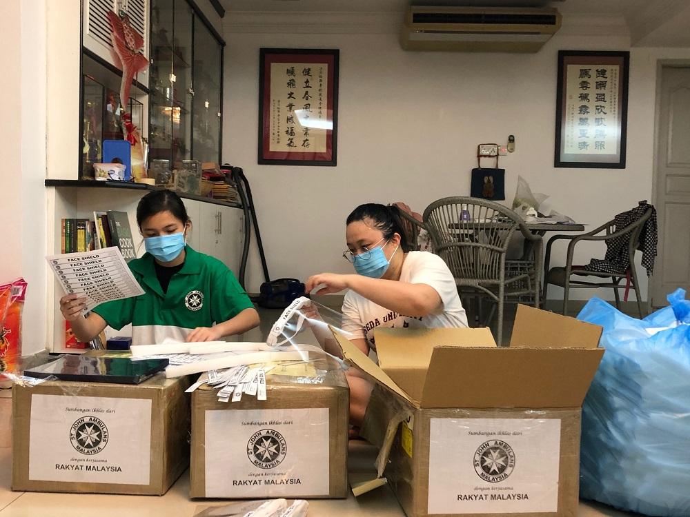 圣约翰救伤机构志工们在忙着制作防护面罩。-圣约翰救伤机构提供-