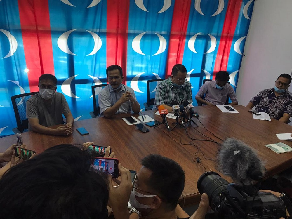 Lunas assemblyman and state exco Azman Nasrudin (second left) and Sidam assemblyman Robert Ling Kui Ee (third right) claimed they have lost confidence in the PKR leadership. — Picture via Twitter/Bernamadotcom