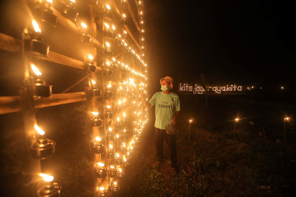 Despite the last minute changes to the village tradition, the celebratory tone of the 'pelita panjut' decor was evident.