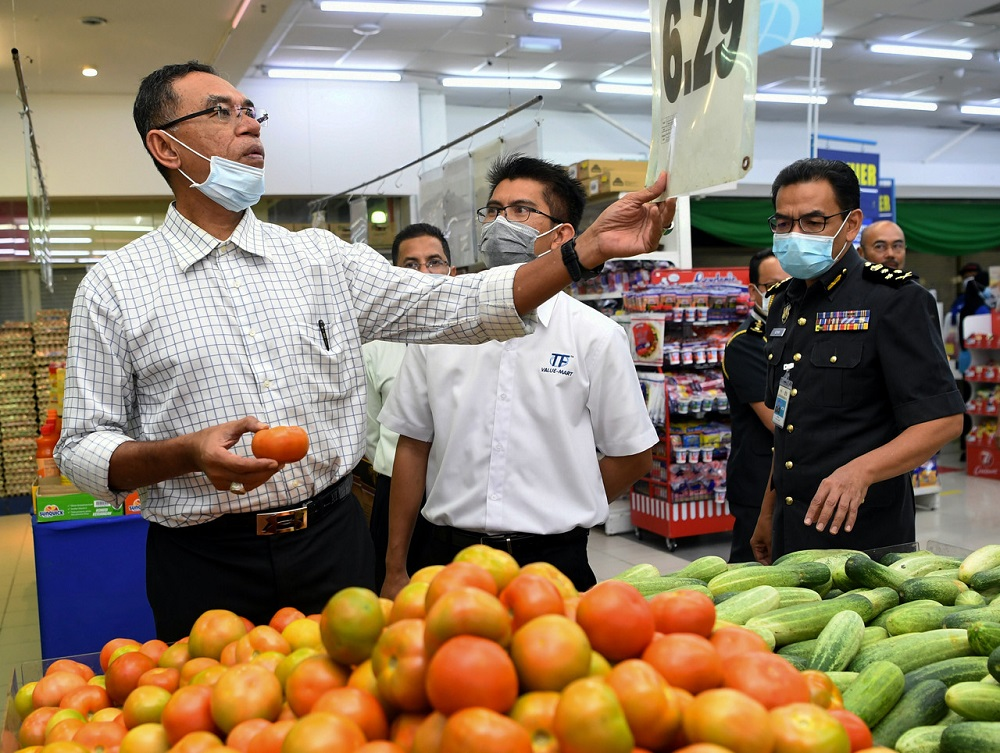 Deputy Minister of Domestic Trade and Consumer Affairs Datuk Rosol Wahid (left) during a visit to a supermarket in Senawang April 30, 2020. — Bernama pic