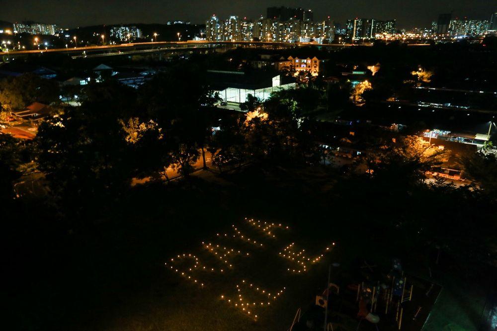 瓦汉表示,点灯拼字不仅可以鼓励民众留在当地过节,也可以把思念传达给在乡下的亲友。-Ahmad Zamzahuri摄-