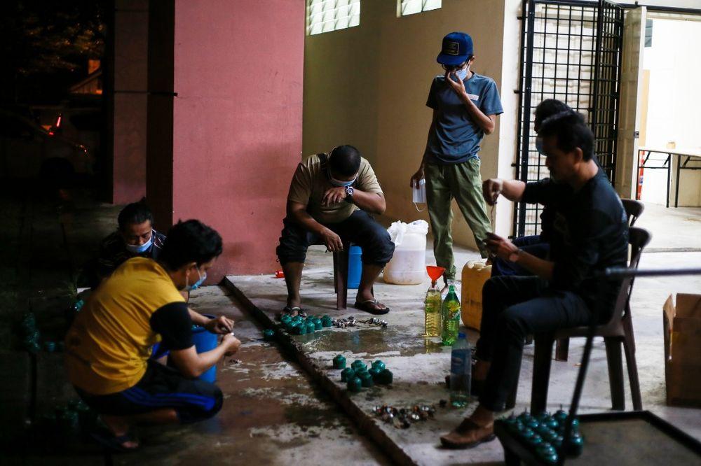除了自掏腰包,新街场的社区居民一手包办制作土油灯。-Ahmad Zamzahuri摄-