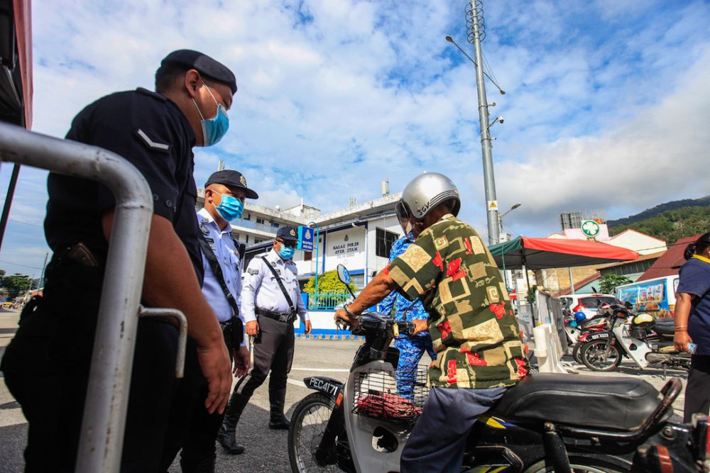 Police personnel man a roadblock near the Air Itam wet market May 6, 2020. — Picture by Sayuti Zainudin