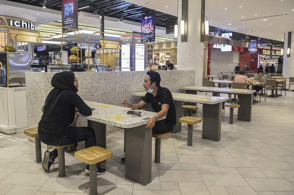 我国有条件行动限制令首天,民众在餐厅享用早餐。-Miera Zulyana摄-