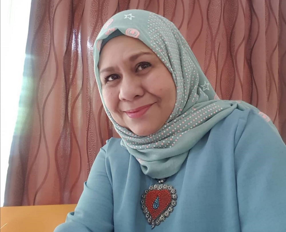 Former actress Fauziah Ahmad Daud or better known as Ogy is now selling curry paste to pay the cast and crew of 'Korupsi Dewan Semandung'. ― Picture via Instagram/ kak_ogy