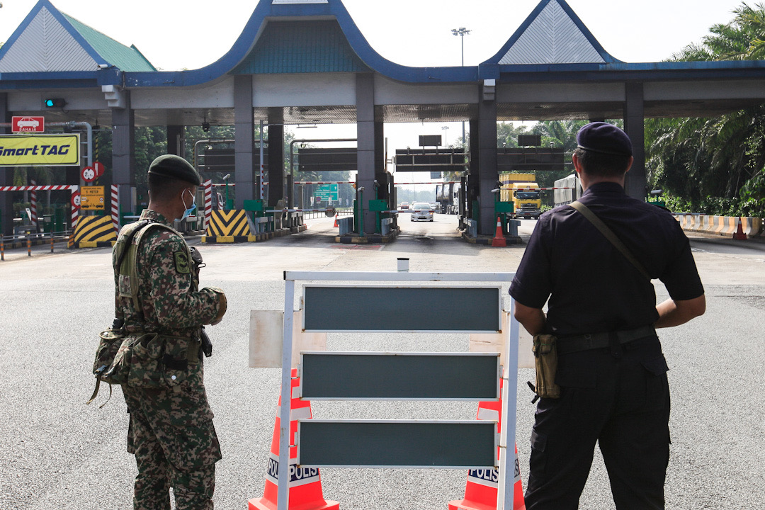 Police and Armed Forces personnel man a roadblock at the Jawi Toll Plaza in Penang May 19, 2020. — Picture by Sayuti Zainudin