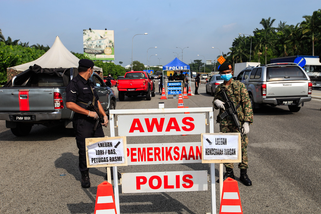 Police and Armed Forces personnel conduct checks on vehicles at the Jawi Toll Plaza in Penang May 19, 2020. — Picture by Sayuti Zainudin