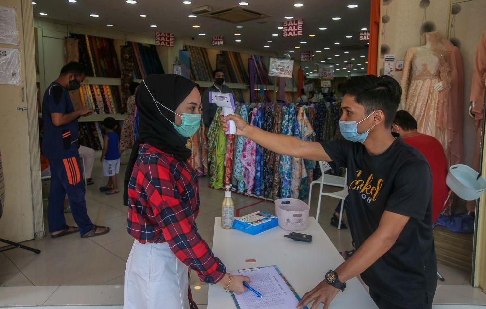 营业的商家必须准备签到工具与记录,否则会因违反防疫SOP而被对付。-Farhan Najib摄-