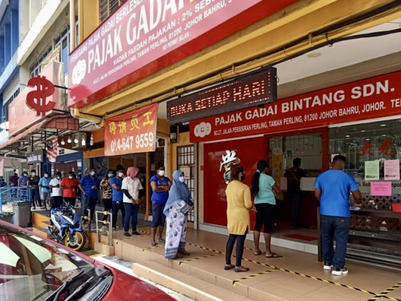The Pajak Gadai Bintang Sdn Bhd pawnshop in Taman Perling saw  people gather at its premises as early as 9.30am. — Picture by Ben Tan