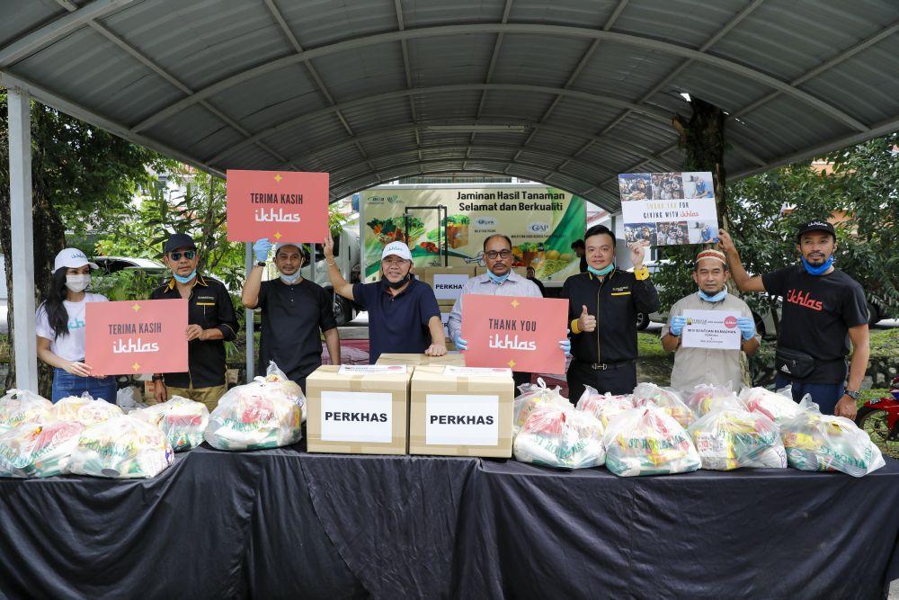 ST Rosyam Mart's director, Datuk Rosyam Nor, Malaysian actor, Datuk Fizz Fairuz, Ikhlas's head, Ikhlas Kamarudin, AirAsia's executive chairman, Datuk Raymond Ho and the Ikhlas team at a donation drive. — Picture courtesy of Ikhlas