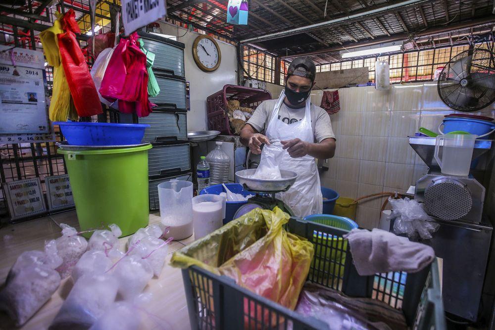 Bangladesh worker Azam Mahmood is pictured at the SS17 wet market in Petaling Jaya May 13, 2020. — Picture by Hari Anggara