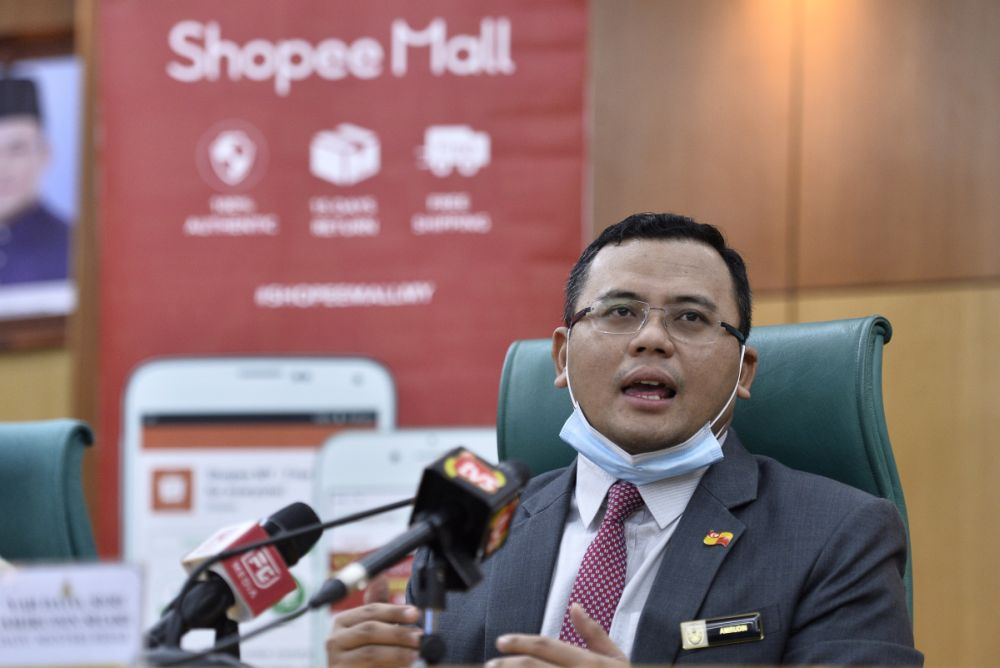 Selangor Mentri Besar Datuk Amirudin Shari announced several initiatives to help university students affected by the federal government's abrupt announcement to postpone this semester's student intake, including by offering help to get them home through buses. — Picture by Miera Zulyana