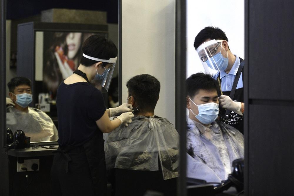 吉隆坡Publika K Concept的美发理发师,正在为顾客服务。-Miera Zulyana摄-