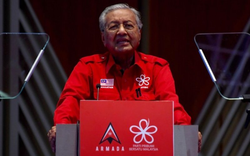 In a joint statement today, Tun Dr Mahathir Mohamad and four others said their actions on the May 18 parliamentary sitting as detailed by the letter informing them on their expulsion against Clause 10.2.2 and 10.2.3 of Bersatu's constitution is invalid. — Bernama pic