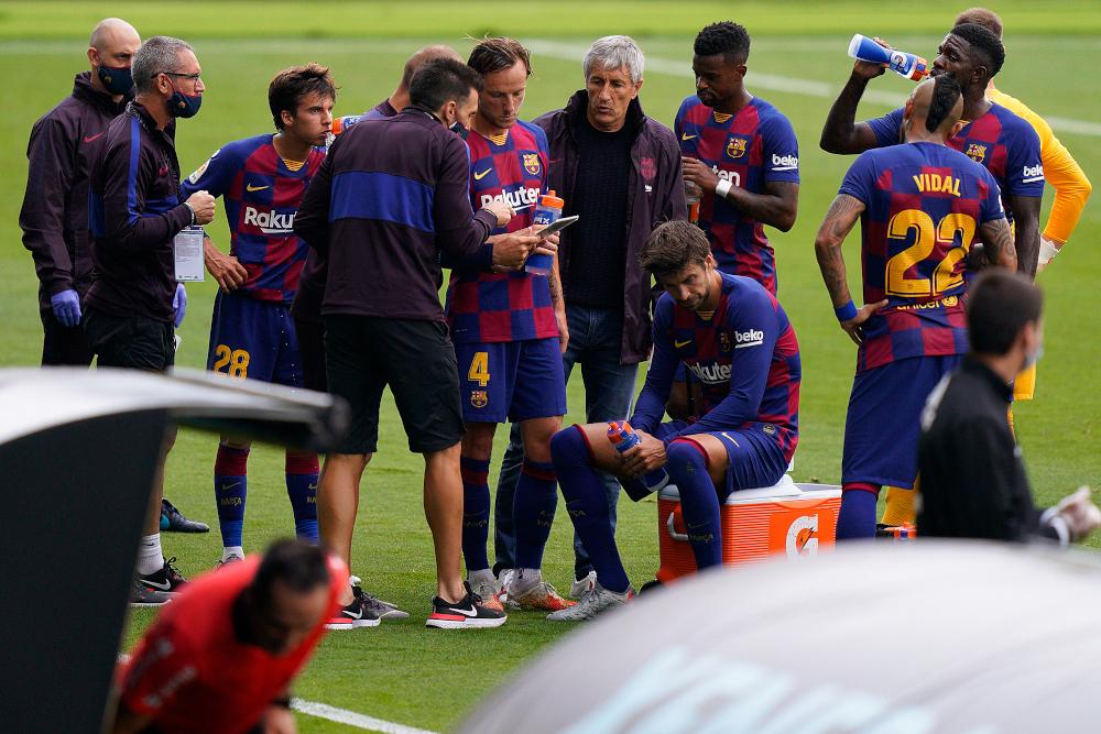Barcelona's Spanish coach Quique Setien (centre) gathers players during the Spanish League football match between Celta Vigo and Barcelona at the Balaidos stadium in Vigo June 27, 2020. — AFP pic