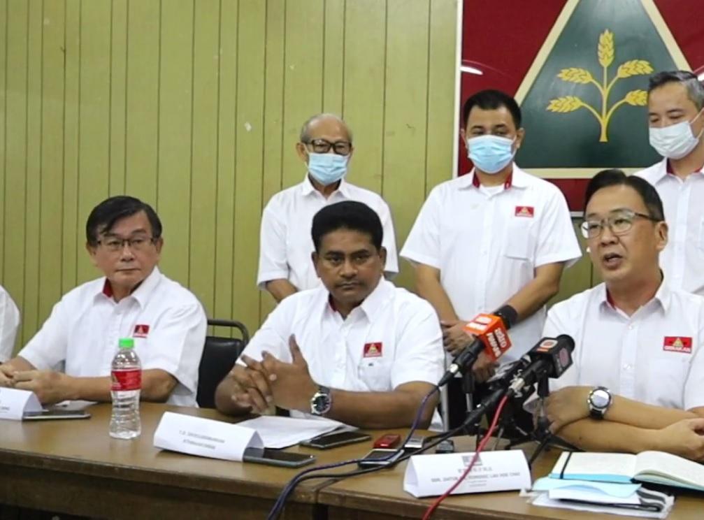 见证西华苏巴马廉(中)加入民政党的8名行动党党员,即日起遭行动党开除。-档案照-