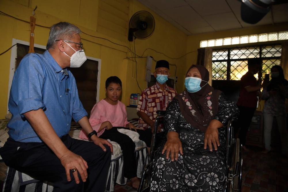 Defence Minister Datuk Seri Ismail Sabri Yaakob chats with a family member of MAF veteran Hassim Ahmad, at Jalan Tuanku Putra, Teluk Air Tawar in Butterworth, June 19, 2020. — Bernama pic