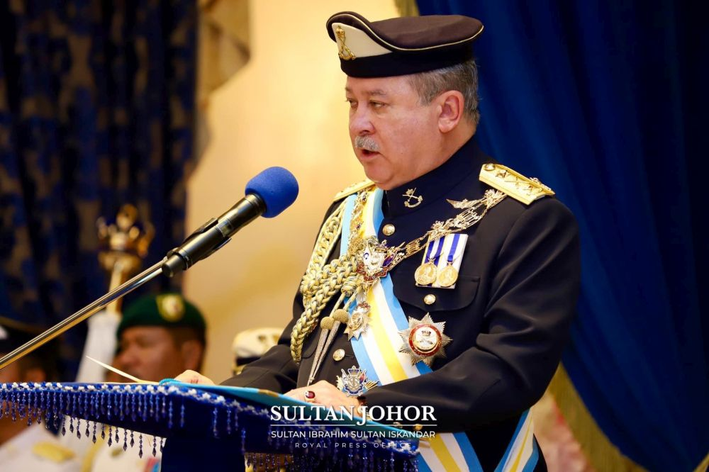 Sultan Ibrahim awarded the 'Mejar Cina' title to oil palm estate manager David Wong Khong Soon effective today. — Picture courtesy of Johor Royal Press Office