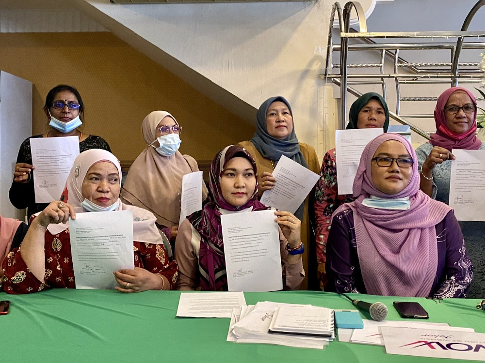 Johor PKR women's vice-chief Nor Ashidah Ibrahim (centre) today claimed that 50 Johor PKR women leaders, including those from the national, state and divisions, have quit the party after losing confidence with the party's leadership. — Picture by Be
