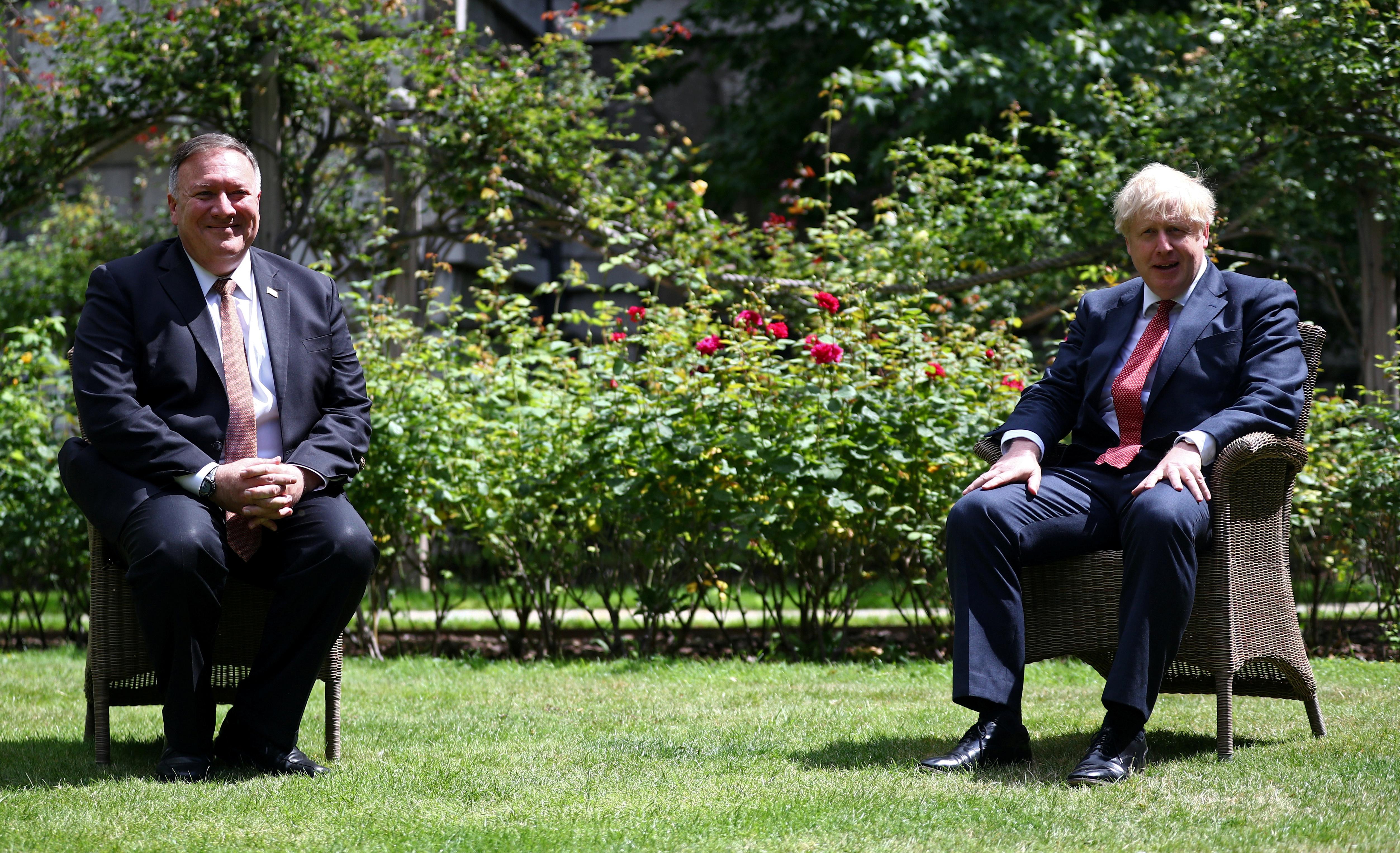 外界普遍认为,蓬佩奥(左)与约翰逊此次会晤,释出联手应对中国的强烈讯号。-路透社-