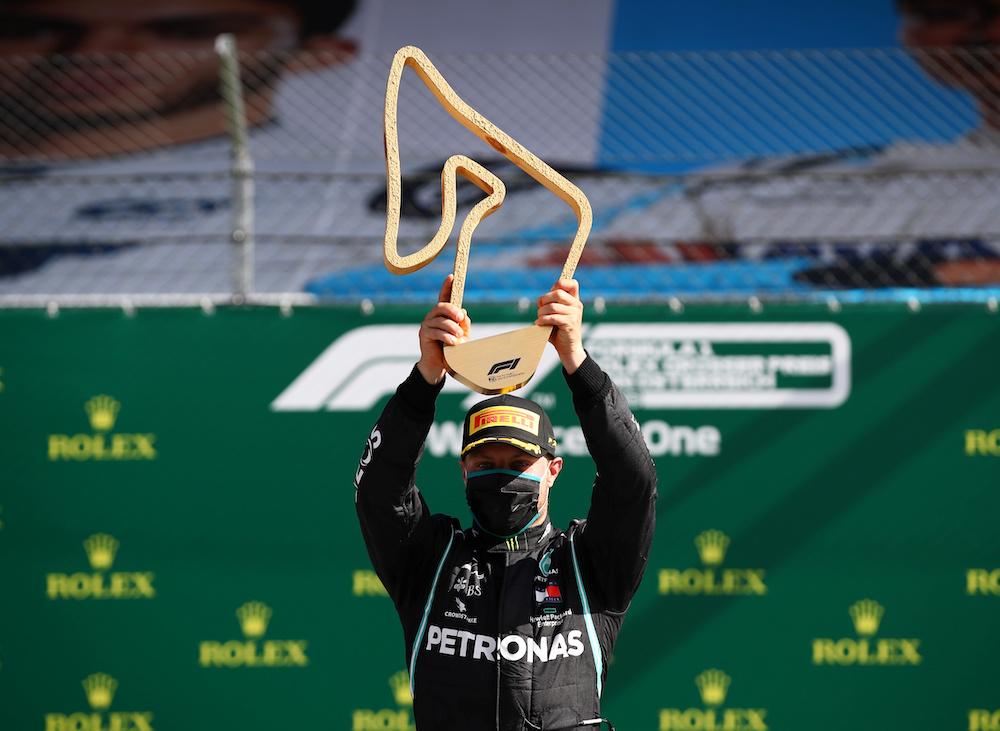 马赛地博塔斯戴着口罩,在没有车迷们的掌声和尖叫声衬托下庆祝夺冠。-路透社-