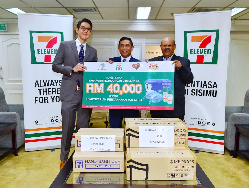 7-Eleven Malaysia Executive Director Tan U-Ming (L) and Berjaya Corporation executive director Datuk Sri Azlan Meah Ahmed Meah (R) handover RM40,000 worth of hand sanitisers and mask to Defence Ministry secretary-general Datuk Muez Abd Aziz.