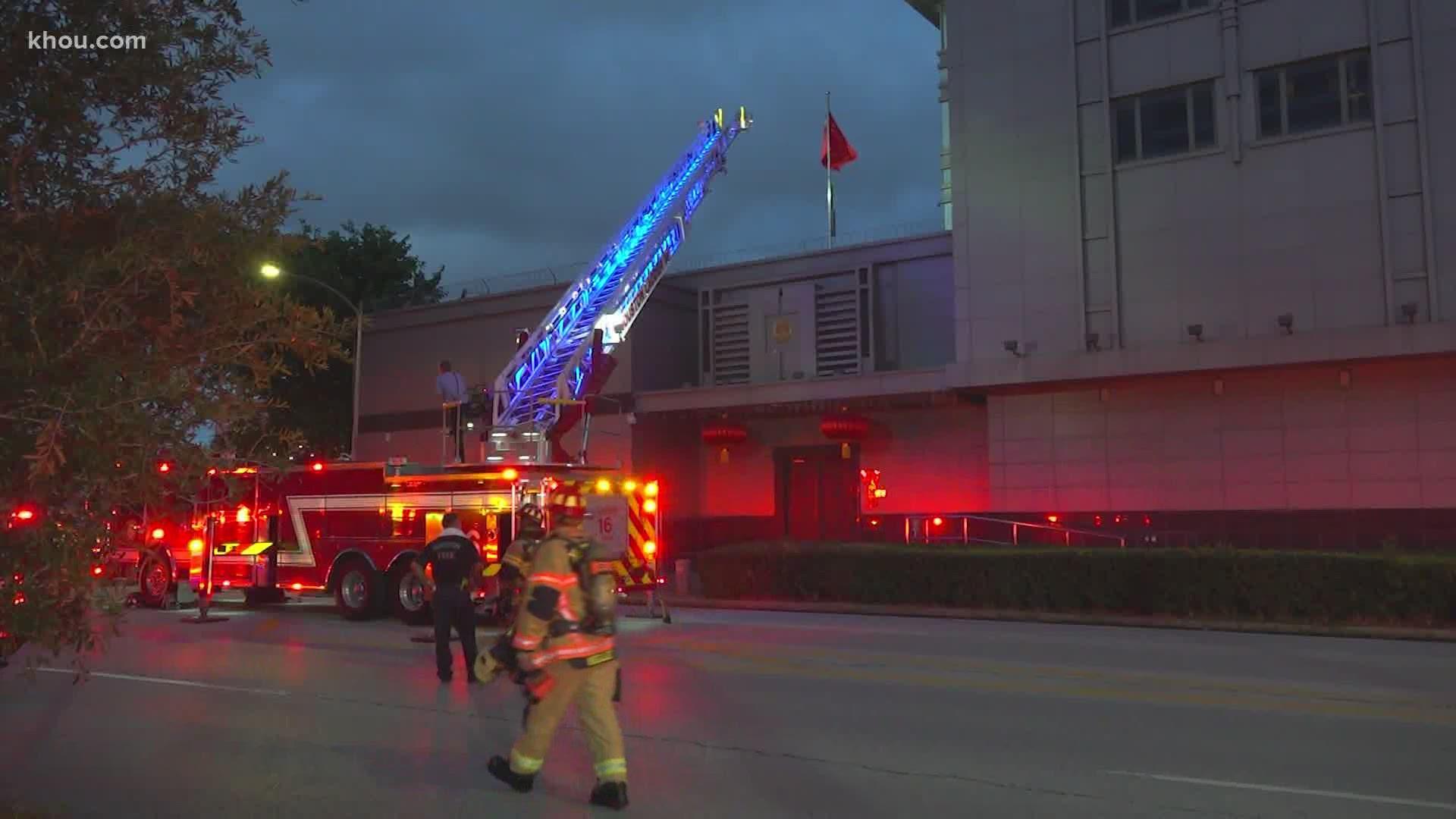 多架消防车周二晚上赶到中国驻美国休斯敦总领事馆外,中国使馆禁止他们进去,因此消防员只能站在门外待命。-图截取自Khou.com-