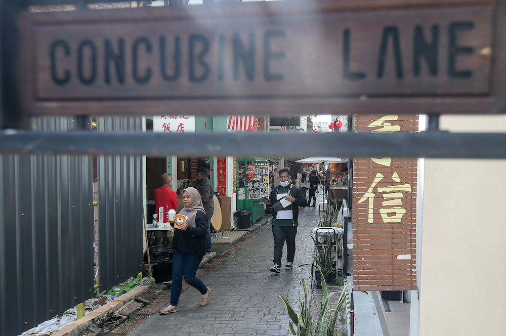 Domestic tourists visit Ipoh's Concubine Lane.  After months of lockdown due to the Covid-19 pandemic, Ipoh Town is gradually returning to its lively bustling atmosphere as tourist spots attract domestic tourists. — Picture by Farhan Najib