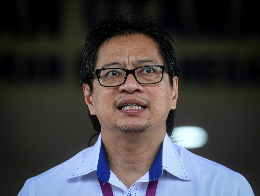 Ec deputy chairman Azmi Sharom says the recommendation by Global Bersih to allow absentee voting for Sabah voters living in Sarawak or Peninsular Malaysia in the coming state polls is not possible for now. — Bernama pic