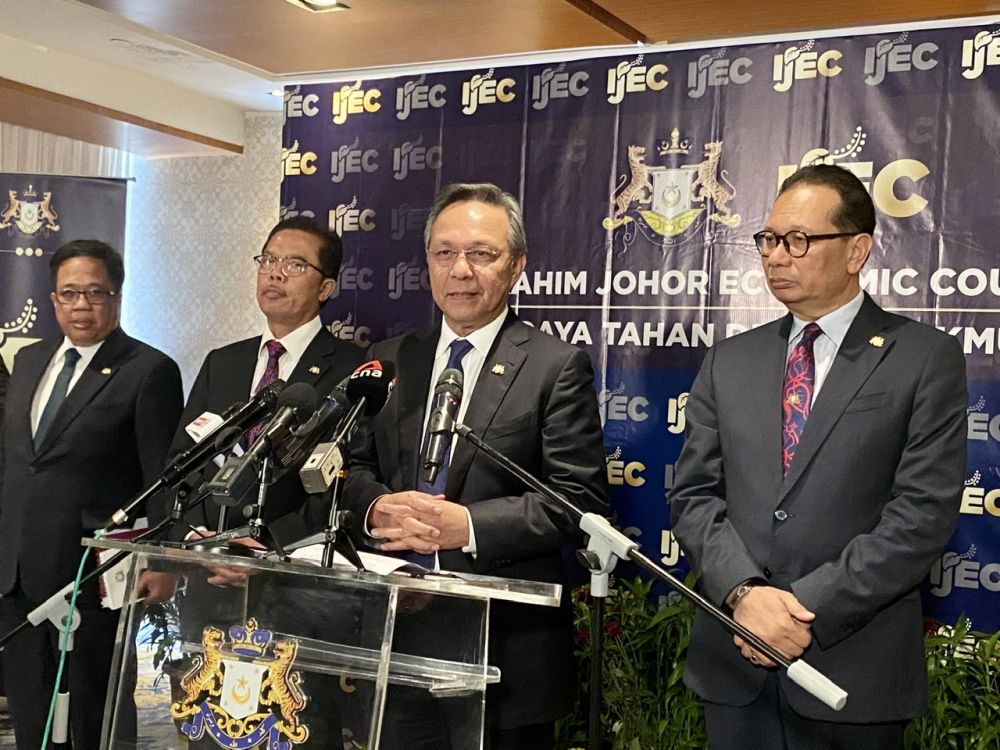 Datuk Hasni Mohammad (centre) said it was only natural that Johor Pakatan Harapan formed a shadow Cabinet as check-and-balance to his administration. — Picture by Ben Tan
