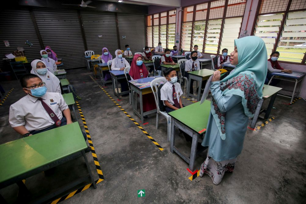 In Perak, 36,238 primary school teachers and 37,590 secondary school teachers have been vaccinated as of August 29. — Picture by Farhan Najib