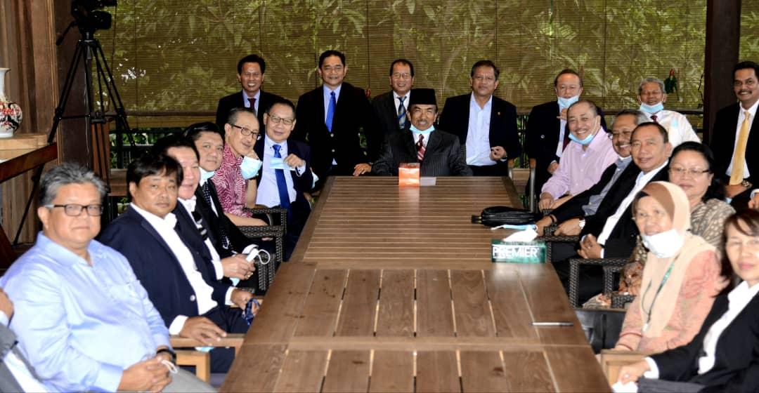 包括慕沙阿曼(中)在内的33名州议员入禀法庭申请司法复核,要求法庭宣判解散沙巴州议会的决定无效。