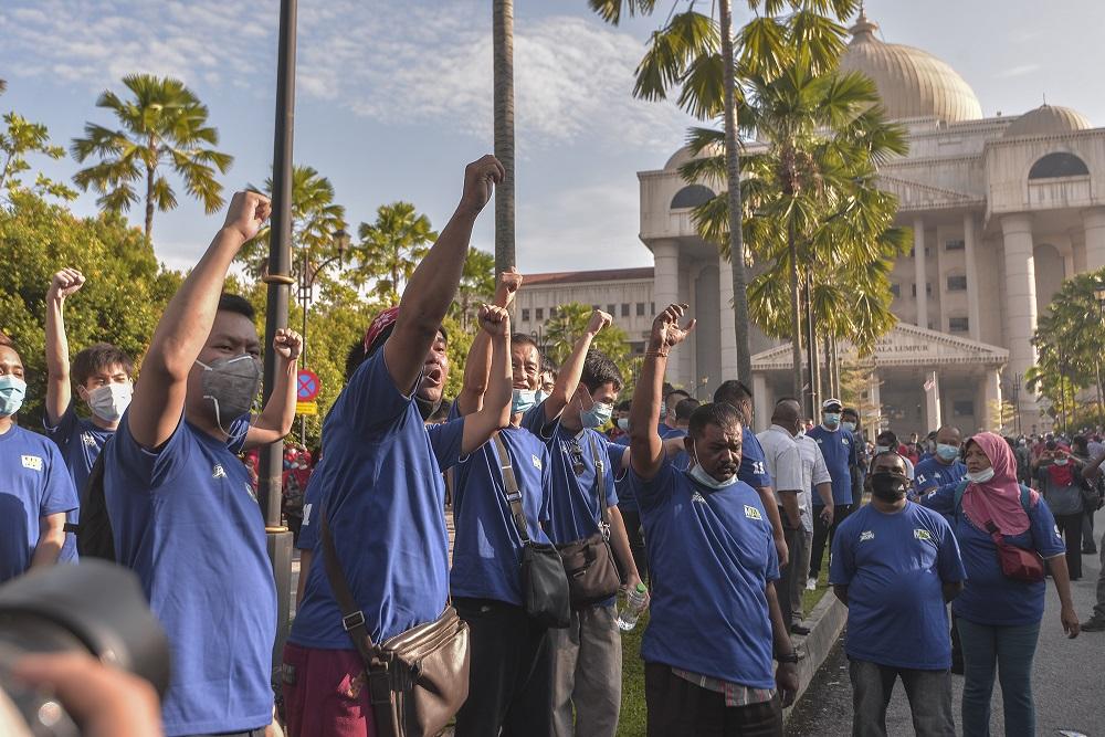 Datuk Seri Najib Razak's supporters gather outside the Kuala Lumpur High Court July 28, 2020. ― Picture by Shafwan Zaidon