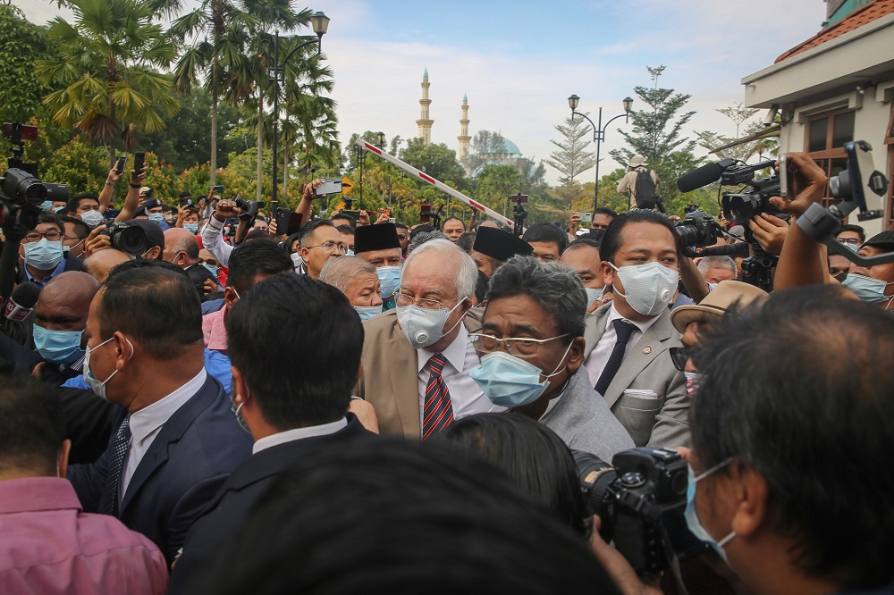 Datuk Seri Najib Razak arrives at the Kuala Lumpur High Court Complex July 28, 2020. ― Picture by Yusof Mat Isa