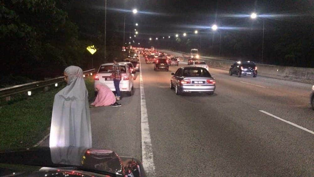 This photo from social media shows Muslims praying on the tarmac on the emergency lane on the KLK Highway.