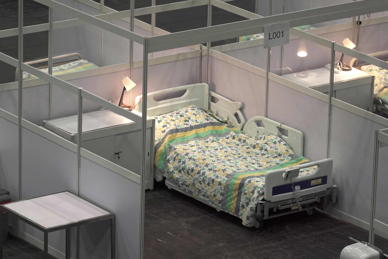 """港版""""方舱医院""""首阶段提供500张病床,接收18至60岁、病情稳定的确诊患者,有医生和护士24小时值班。-路透社-"""