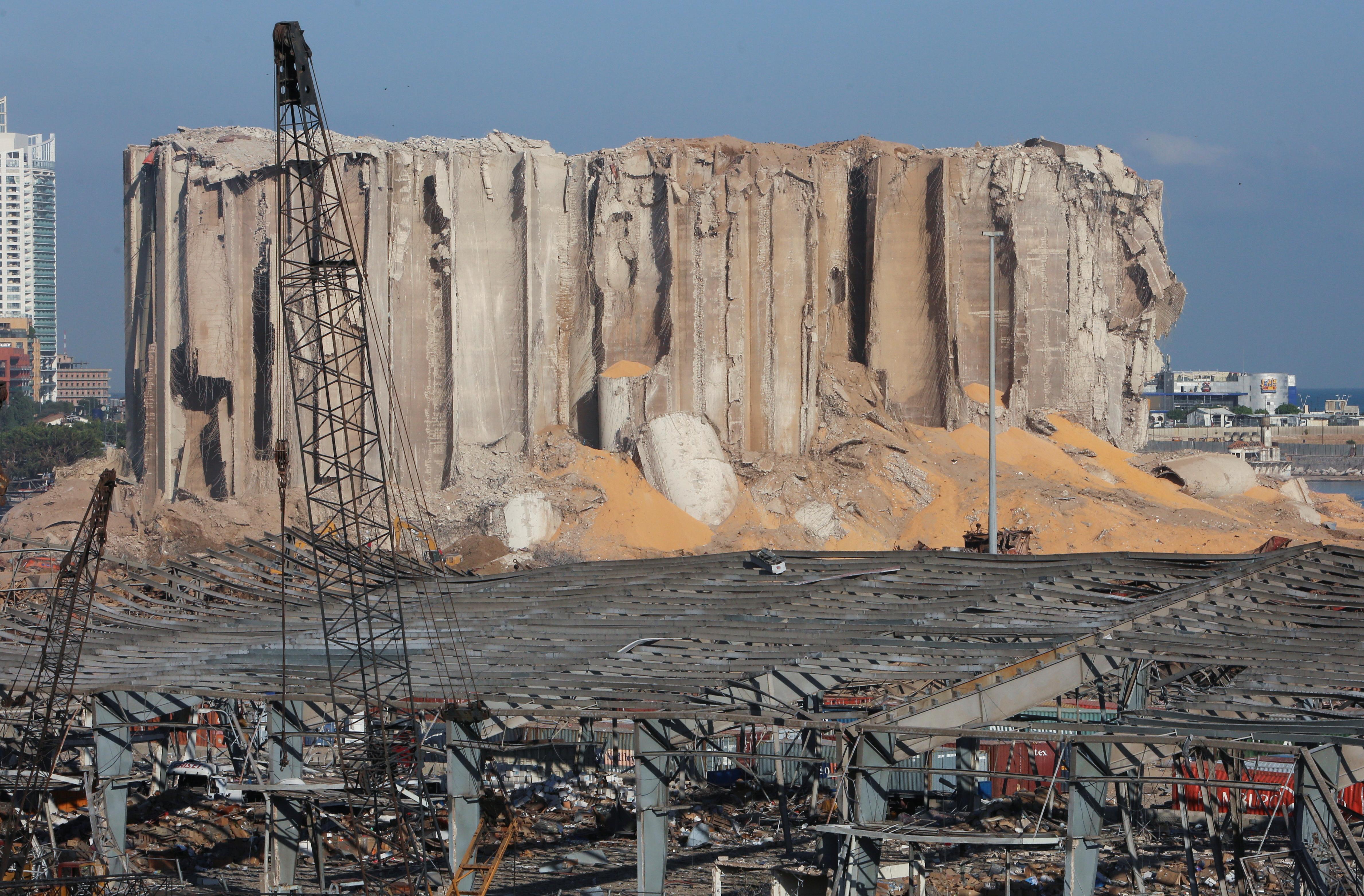 贝鲁特周二发生大爆炸,港口仓库存放逾6年、2000多公吨的化肥原料硝酸铵引爆,惊人威力摧毁近半市区。图为被炸毁的粮仓。-路透社-