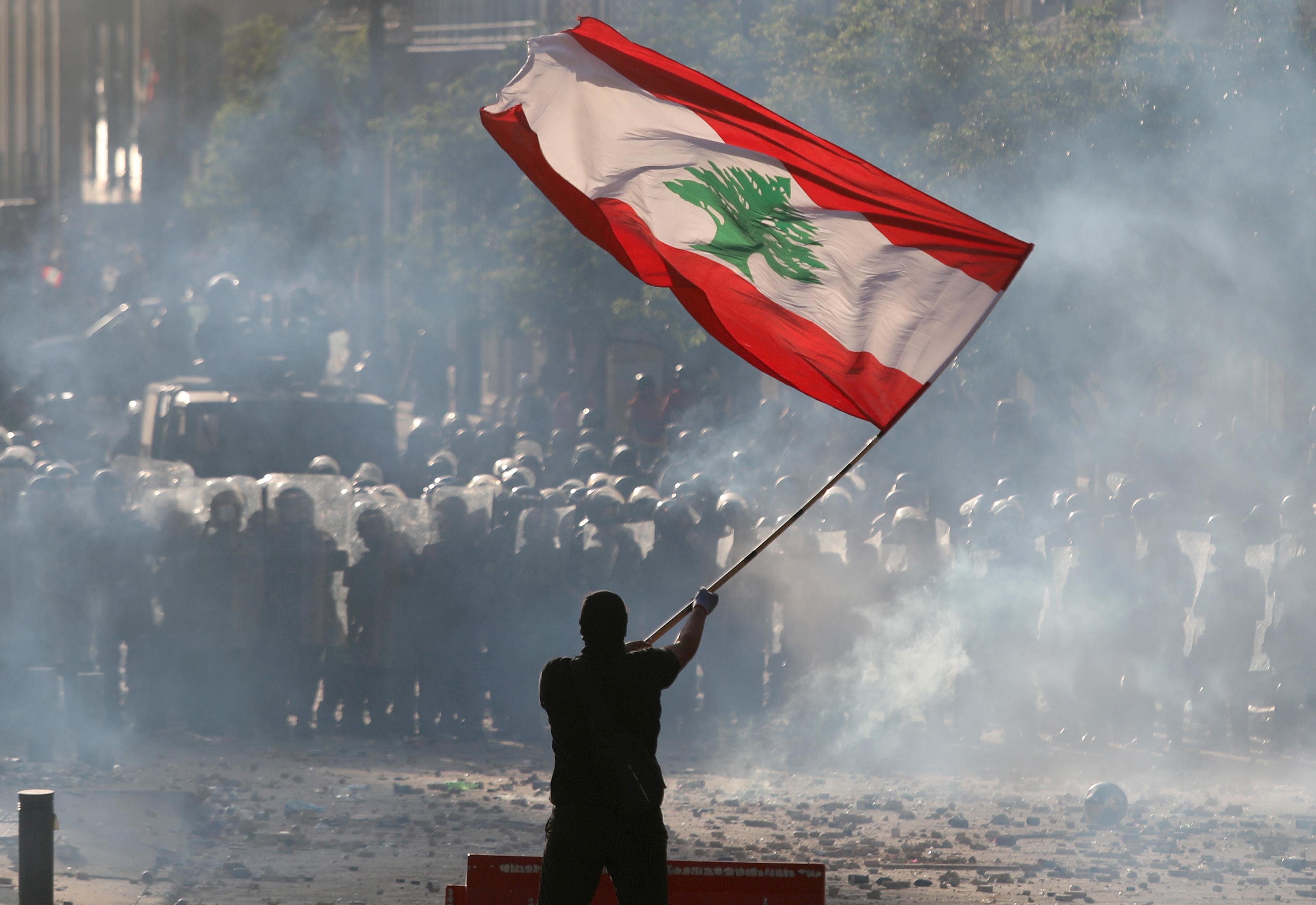 黎巴嫩首都贝鲁特周六有逾万人上街,要求政府为日前的大爆炸负责。-路透社-