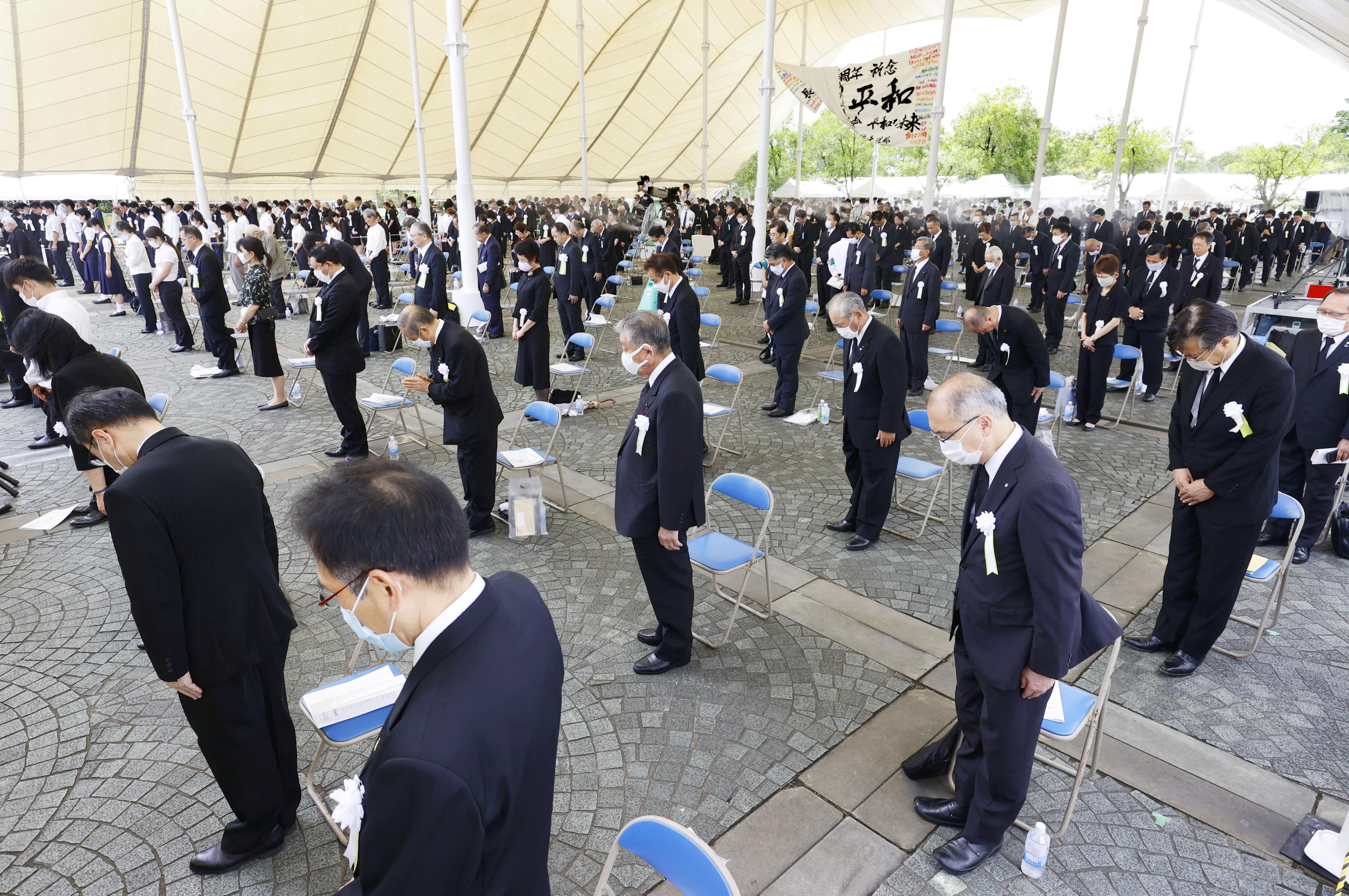 与会人士在原子弹投下的日本时间周日上午11时2分集体默祷,祈求罹难者安息。-路透社-