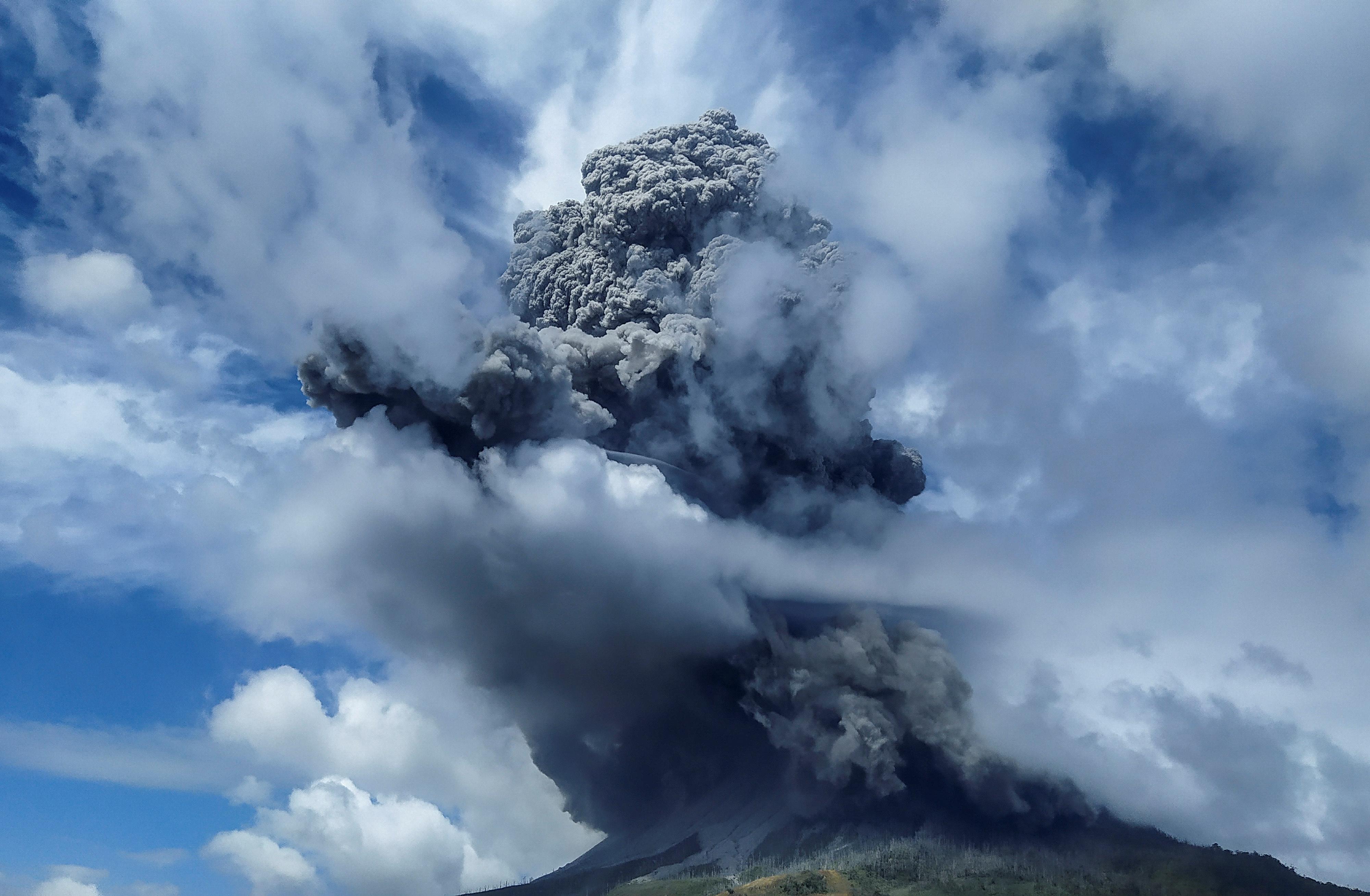 印尼锡纳朋火山周一爆发,向天空喷出高达5000公尺的火山灰柱和浓烟。-路透社-