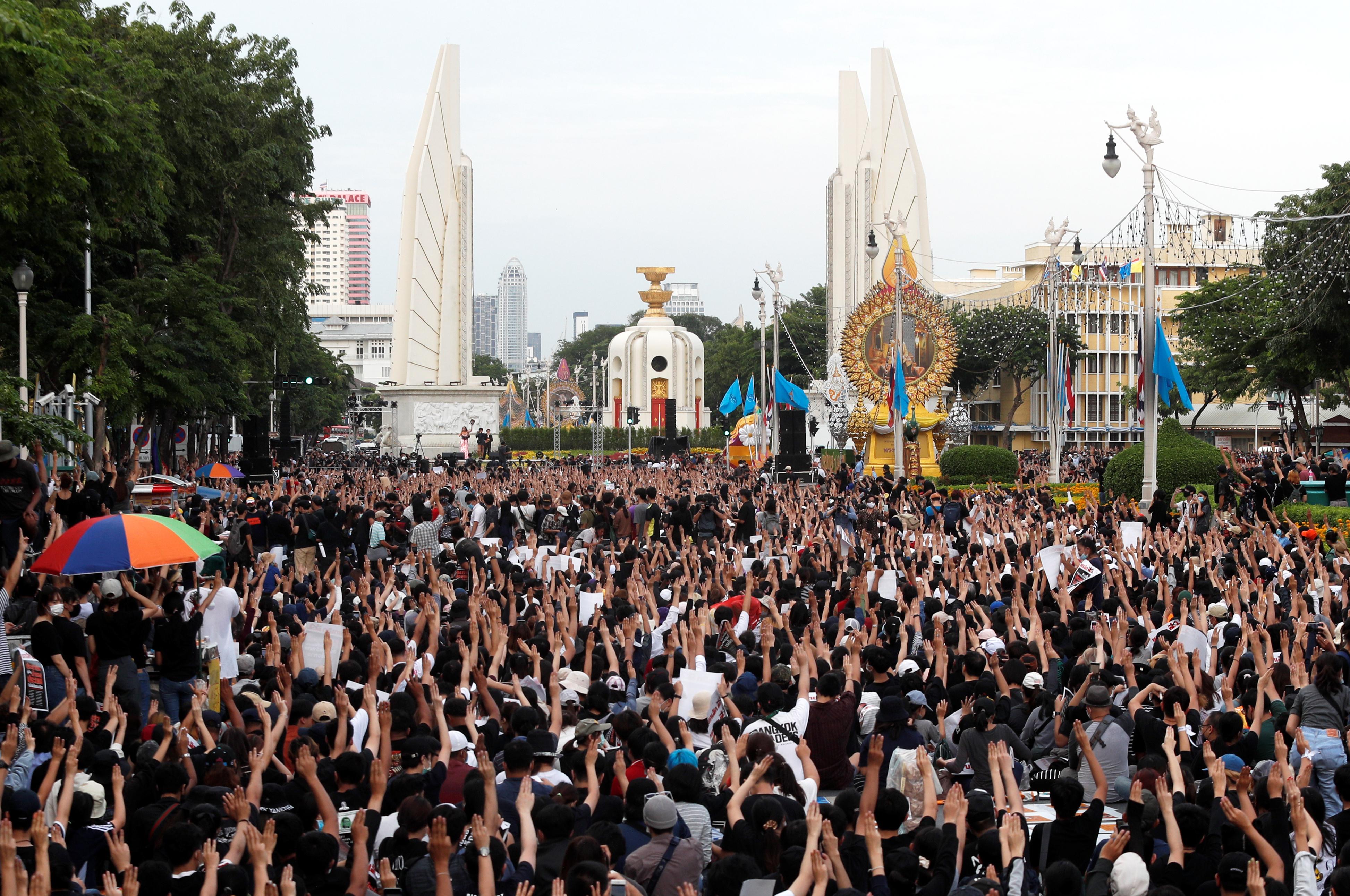 在曼谷,示威由日间持续到夜晚,示威者在市中心民主纪念碑举行集会,有乐队在台上唱反政府歌曲。-路透社-