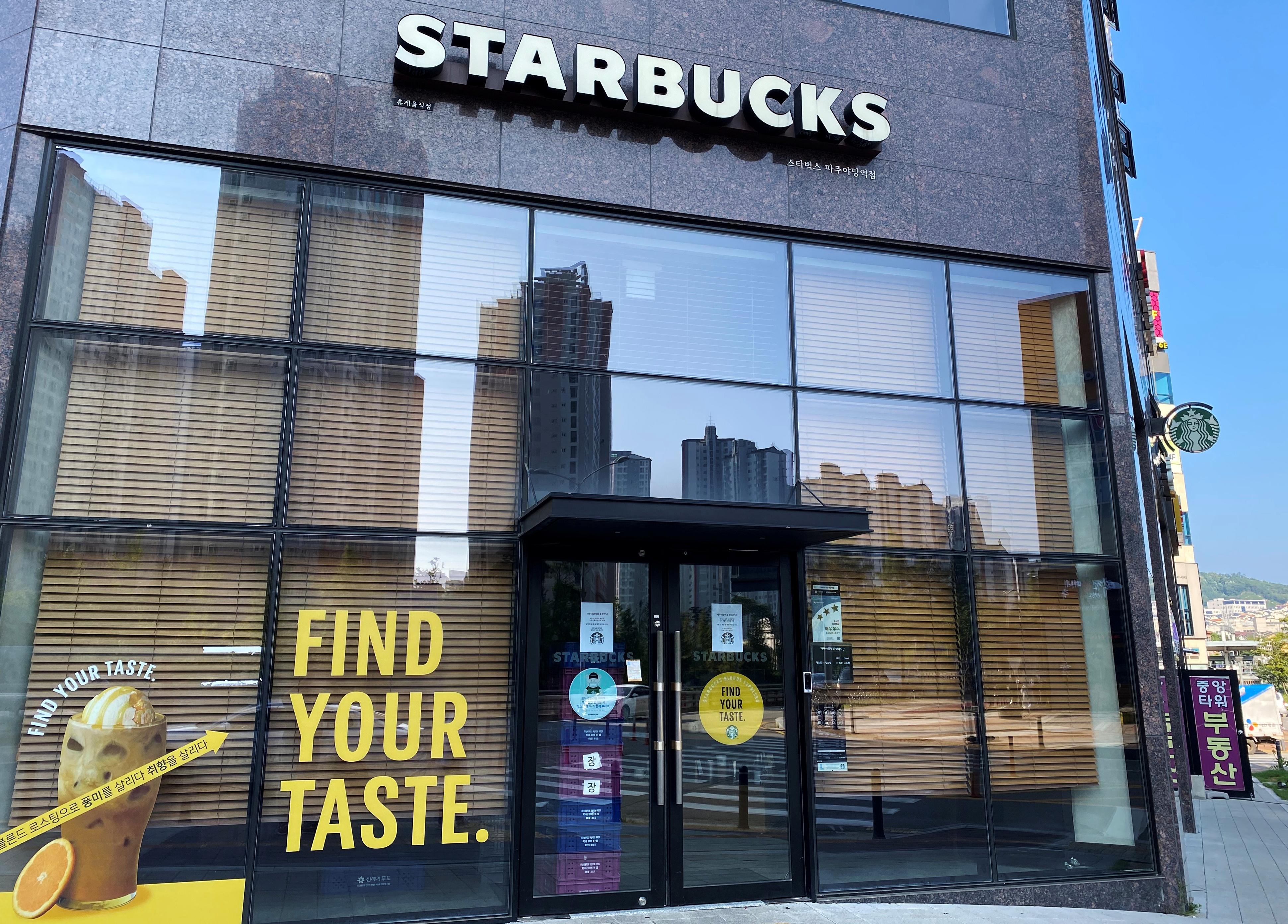 韩国人以嗜饮咖啡闻名,咖啡店成了防疫破口。图示出现感染群的坡州星巴克已暂时关闭。-路透社-