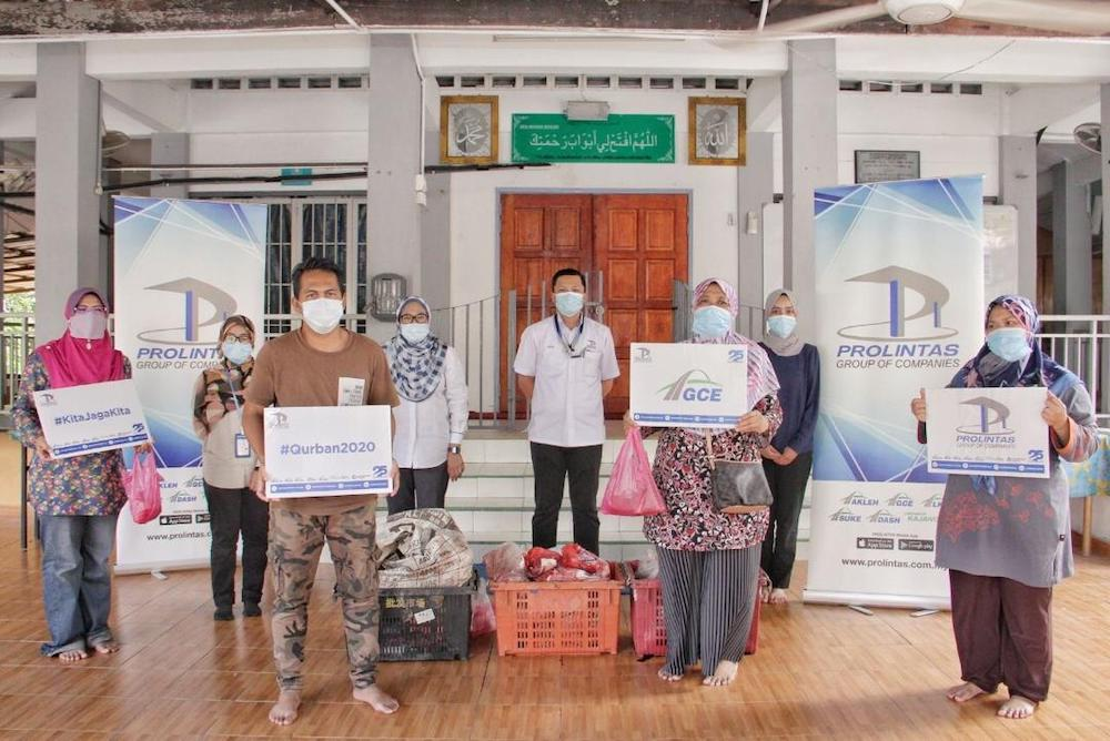 Prolintas Group of Companies distributes Qurban meat to underprivileged families living along its highways during Aidiladha.— Picture courtesy of Prolintas Group of Companies