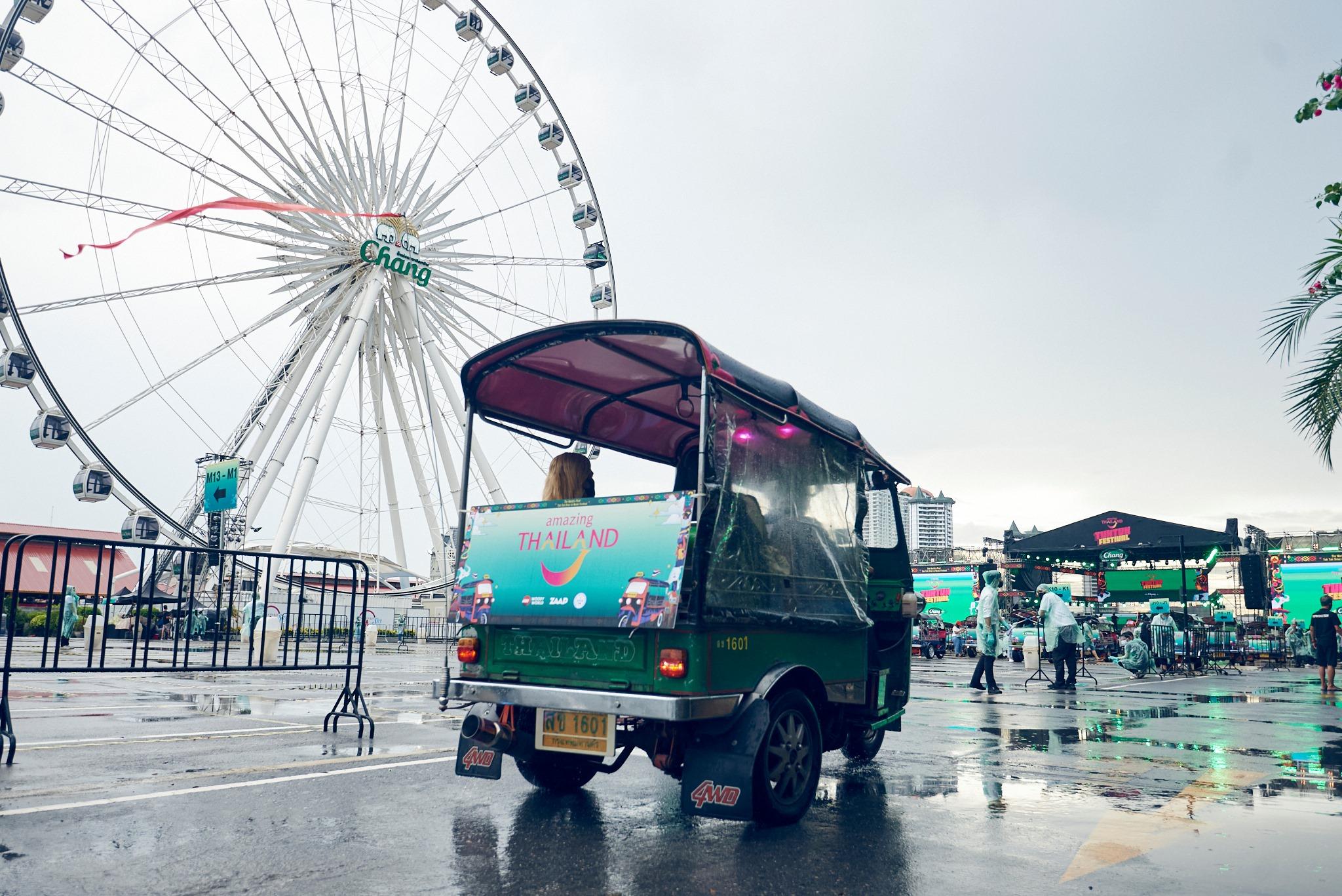 """""""神奇泰国嘟嘟车音乐会""""地点就在曼谷著名的河畔河滨码头夜市。-图摘自TUK TUK FEST脸书-"""