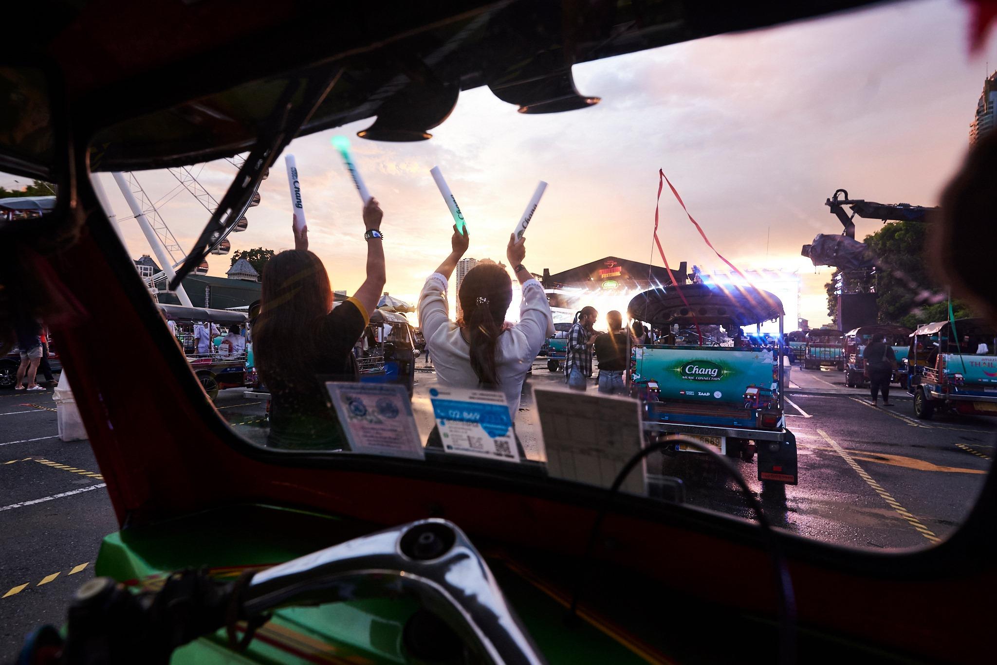 每辆嘟嘟车可容纳3人,车与车之间保持安全距离。-图摘自TUK TUK FEST脸书-