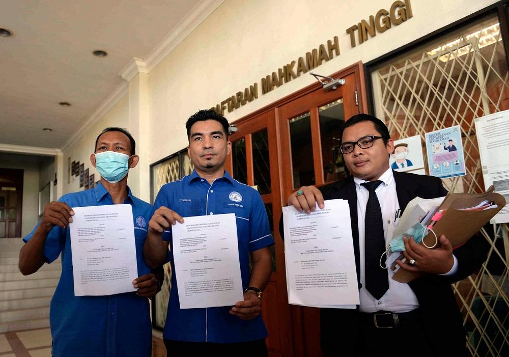Consumers Association of Kedah secretary Mohamad Yusrizal Yusoff (centre) poses for a photo after filing a lawsuit against Nezar Mohamed Sabur Batcha, outside the High Court in Alor Setar August 19, 2020. — Bernama pic