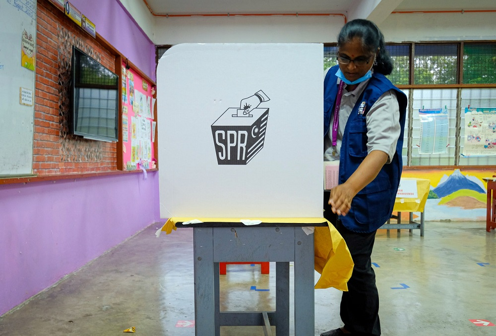 The voting advocacy group for Sarawak youths claimed the delay in implementing the lowering of the voting age from 21 to 18 is irrational, illegal, disproportionate and amounts to voter suppression. — Bernama pic