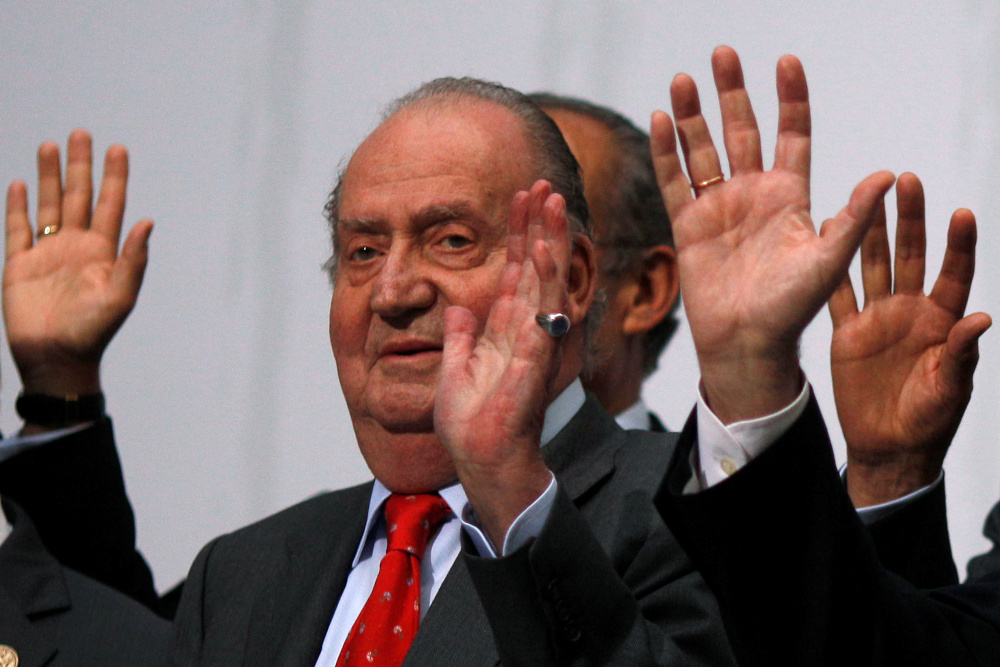 Spanish King Juan Carlos waves during a group photo with Ibero-American leaders during the Ibero-American Summit in Cadiz, southern Spain November 17, 2012. — Reuters pic