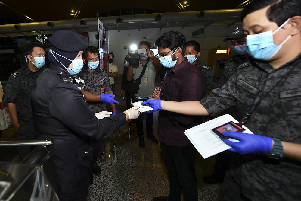 莫哈末雷汉由移民局官员带往吉隆坡国际机场,办理登机手续后乘飞机回国。-马新社-
